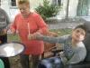 Trommeln im Schulgarten